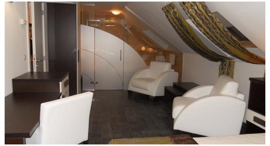 --> 酒店位置 阳光海滩的波拉波拉岛在海边,住客可方便地前往月神公园和阳光海滩。 该酒店紧邻内塞巴尔体育场及Action 水上乐园。 客房 有 41 间空调客房提供冰箱;您定能在旅途中找到家的舒适。客房设有私人阳台。免费无线上网让您与朋友保持联系;有线节目可满足您的娱乐需求。便利设施包括电话;如有需要,还可提供熨斗/熨板和折叠床/加床。 设施 享受室外游泳池等度假设施,或者到花园欣赏美景。此酒店的其他设施包括免费无线上网、公共区电视和旅游/票务服务。 餐饮 您可以到这家餐厅享用一顿美餐;也可以选择酒店