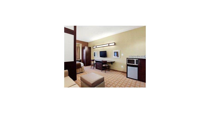 酒店位置 巴厘岛岛瑞吉度假村酒店位于努沙杜瓦,在大洋边,可方便到达Bali Collection 购物中心和太平洋岛屿族裔博物馆。 该 5 星级酒店紧邻巴厘岛努沙杜瓦剧院及Puja Mandala。 客房 有 123 间空调客房提供冰箱和iPod 基座;您定能在旅途中找到家的舒适。您的卧床备有羽绒被和埃及棉床单。免费提供有线和无线上网,此外42 英寸平板电视提供卫星节目,满足您的娱乐需求。配备独立的浴缸和淋浴的独立浴室提供浸泡浴缸和免费洗浴用品。 设施 到全方位服务的 SPA 放松一下;在这里,您可以享受