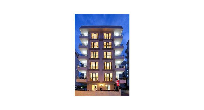 酒店位置 纽约特朗普国际酒店和塔位于纽约的核心区,步行即可到达林肯中心和卡内基音乐厅。 该 5 星级酒店靠近洛克菲勒中心和百老汇街。 客房 有 176 间空调客房提供冰箱和微波炉;您定能在旅途中找到家的舒适。免费提供有线和无线上网,此外55 英寸平板电视提供有线节目,满足您的娱乐需求。配备淋浴/盆浴组合的私人浴室提供按摩浴缸和名牌洗护用品。便利设施包括电话,以及可存放笔记本电脑的保险箱和书桌。 设施 您可到 SPA 慰劳一下自己,这里提供按摩、身体护理和面部护理。如果想要休闲地度假,可好好利用室内游泳池、