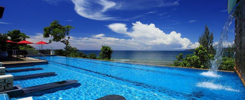 酒店位置 普吉岛碧玉别墅渡假酒店位于卡马拉,紧邻海滩,距离芭东海滩和普吉幻多奇主题乐园不到 15 分钟车程。 此 4 星级度假村距离孟加拉路 7.3 英里(11.8 公里),距离查龙寺 15.2 英里(24.5 公里)。 客房 有 202 间空调客房提供冰箱;您定能在旅途中找到家的舒适。客房设有私人阳台。免费无线上网让您与朋友保持联系;有线节目可满足您的娱乐需求。配备淋浴/盆浴组合的私人浴室提供免费洗浴用品和吹风机。 设施 到全方位服务的 SPA 放松一下;在这里,您可以享受按摩、身体护理和面部护理。一定
