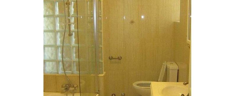 酒店位置 莫纳克酒店位于阿克拉,可方便到达Wild Gecko Handicrafts和加纳大学。 该酒店紧邻阿克拉购物中心及A&C 购物中心。 客房 有 12 间空调客房提供冰箱和迷你吧;您定能在旅途中找到家的舒适。客房设有私人阳台。免费无线上网让您与朋友保持联系;卫星节目可满足您的娱乐需求。浴室提供淋浴/盆浴组合和免费洗浴用品。 设施 您可充分利用室外游泳池等度假设施,此外还有免费无线上网和旅游/票务服务等。 餐饮 您可以到这家餐厅享用一顿美餐;也可以选择酒店的部分时段客房送餐服务。欢迎光临酒吧/酒廊