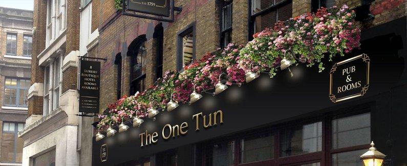 酒店位置 住在伦敦伦敦市中心的大酒桶酒吧酒店,只需几分钟便能到达老贝利和圣保罗的大教堂。 该 4 星级小旅馆靠近伦敦大学国王学院和伦敦桥。 客房 有 8 间空调客房提供冰箱和平板电视;您定能在旅途中找到家的舒适。免费无线上网让您与朋友保持联系;有线节目可满足您的娱乐需求。配备淋浴设施的私人浴室提供免费洗浴用品和浴袍。便利设施包括可存放笔记本电脑的保险箱和书桌;而且每天提供客房服务。 设施 您可利用免费无线上网和礼宾服务等便利服务和设施。 餐饮 您可以在这家小旅馆的餐厅大快朵颐;这里供应早餐、午餐和晚餐。也