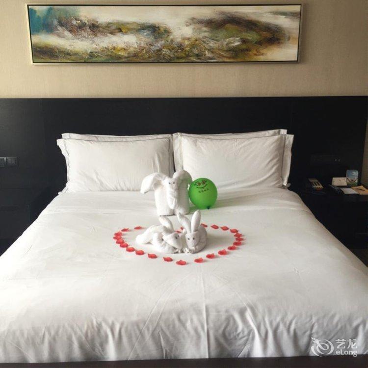 第一次入住涵田度假村,订的湖景大床房,酒店当面还用毛巾折叠了小动物