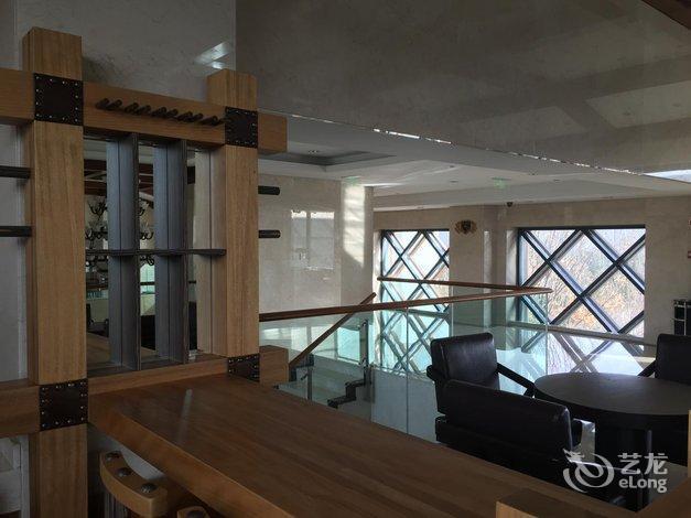 邦成马术俱乐部占地1000亩,目前已建成两座中式传统风格的四星级标准酒店、一座现代风格的室内马术馆和国际标准马厩;拥有纯血马、夸特马、阿拉伯马、安达卢西诺马等世界优良马匹品种,以及专业的技术团队,完全具备招待规模高级会员的实力。其中马术会所拥有44间标准客房和会议室、贵宾室及可同时招待百余人的餐厅;室内马术馆是目前亚洲功能性最强、面积最大的可举办国际大赛的室内马场之一。