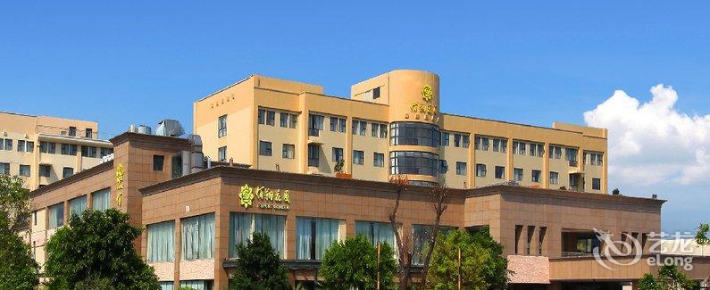 福州空港佰翔花园酒店是厦门翔业集团旗下佰翔酒店集团的成员酒店,是一家集客房、餐饮、会议、康体于一体的机场花园式酒店。 酒店位于福州长乐国际机场内,坐拥2.5万平方米的生态花园和无敌海景。距候机楼仅5分钟车程,提供24小时接送机服务;距海边仅3分钟路程,便可至海滩观海戏水。酒店大堂为乘机客人特设机票自助值机和实时航显,及备受客人欢迎的10分快捷贵宾登机服务,让您尊享从酒店到机场安检口仅需10分钟的贵宾礼遇。 酒店拥有282间各式客房,房内配备齐全,温馨舒适,并提供WIFI助您遨游网海。另酒店设中西餐厅各一