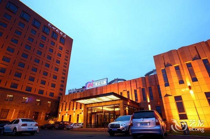 济源世纪酒店处于城市中心,沁园路与蟒河北街的交汇处,丽城花园小区对面,邻近愚公移山像、济源汽车客运总站,周边交通极为便利。酒店设计构思独特,极具时代感,拥有各类客房,房间温馨舒适,每间客房均设有24小时热水、宽带上网等,设施完善。   酒店备有多个规格的会议室,商务中心、大堂吧、商场、沙狐球等其他配套服务设施齐全。此外,酒店拥有中餐厅、宴会厅和30个风格各异的豪华小餐厅,可容纳700人同时用餐,由广东名厨主理的粤菜能使客人品尝到正宗上乘的广帮风味菜肴、燕翅鲍海鲜珍品,在当地享有盛誉。   酒店开业时间20