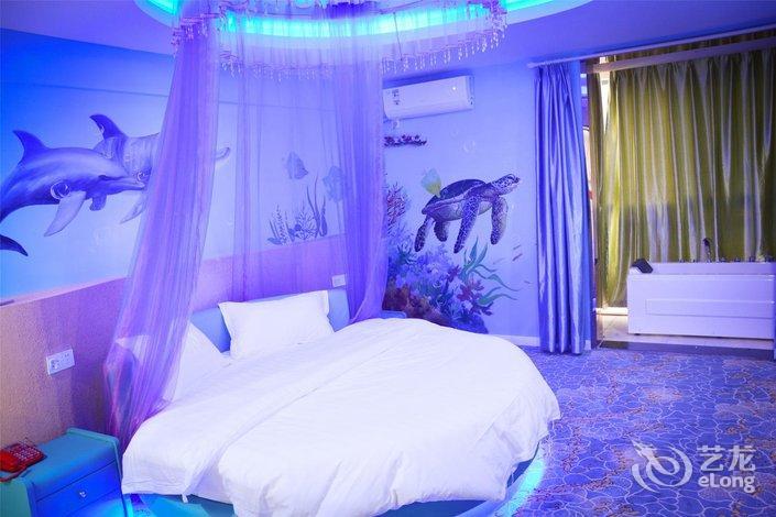 18:51:10 来自手机app 小黄人主题的房间很可爱,而且还有小阳台,酒店