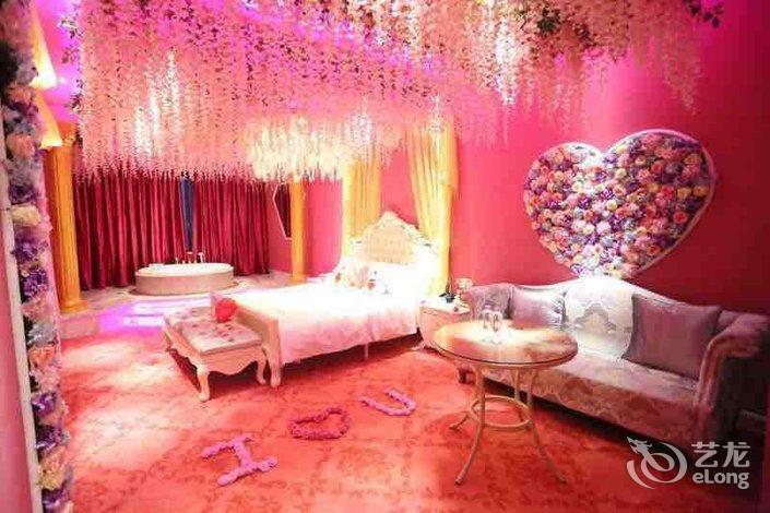 浪漫号主题酒店,由广东浪漫号酒店投资管理有限公司倾情打造,彻底颠覆了传统酒店客房形象,以独特的视觉及触觉魅力,给您的入住带来全新、舒适、浪漫的个性化体验!舒适、创意、浪漫、个性,是浪漫号主题酒店的突出特点。酒店以情感艺术为主题,一房一主题,一房一情调,每个客房从海洋、森林的原生态,到梦卷珠帘浪漫情境,再到卡哇伊的Hello Kitty和魔幻卡通米老鼠、超级玛丽系列,搭配全智能灯光音乐控制系统和极致激情的双人冲浪按摩浴缸,五星级欧式床垫家私及床上用品,让您感受无微不至的个性化浪漫。 浪漫号主题酒店,引领住