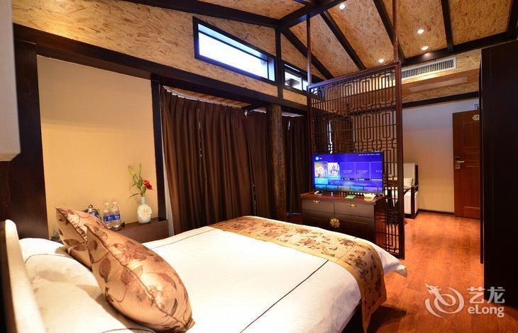 客栈设计风格淡雅,设施高档,酒店内的配置还是非常棒的,内部装修很有