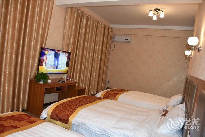 酒店简介 梧桐树宾馆位于凯里市万博宁波路市房产大楼旁,有23间房,标