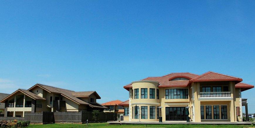 古盐田高尔夫度假别墅酒店主打别墅式酒店。别墅以自然休闲建筑为主,外立面设计采用了南太平洋风格,一栋一设计,造型不同,色彩各异。景观包括球场、红树林、园景、海景多种特色。项目地势为半岛,三面临海,半岛周边拥有红树林湿地原生态自然景观,别墅穿插布局于球场内。独特的景观资源使得每栋别墅都能获得良好的视野和丰富的景观;不需移步也能饱览无遗。红树林等绝佳天然生态,热带岛屿季风海洋性气候,更成就无与伦比的度假环境。   古盐田高尔夫度假别墅酒店规划用地2400亩,总建筑面积23.