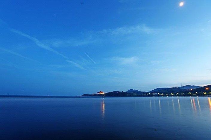 广鹿岛金海滩旅游渡假村于2000开业,位于广鹿岛月亮湾,是该海岛中最好的海滩区域,水浅沙细,景色优美。为了提高住宿环境度假村于2013年重新装修,拥有宽敞明亮的海景房,能够一览整个沙滩,站在房间内可以将整个月亮湾的尽收眼底。酒店提供住宿、餐饮、海上戏水等服务。每餐都有品质上乘的时令海鲜供游客享用,夜晚还向游客提供自助海鲜烧烤服务,享受海边烧烤的乐趣。此外,游客可以选择垂钓、赶海、皮划艇等多种海上娱乐项目,适合全家及情侣休闲度假,充分感受回归自然,清新淳朴的海岛生活。 酒店官方网站:www.