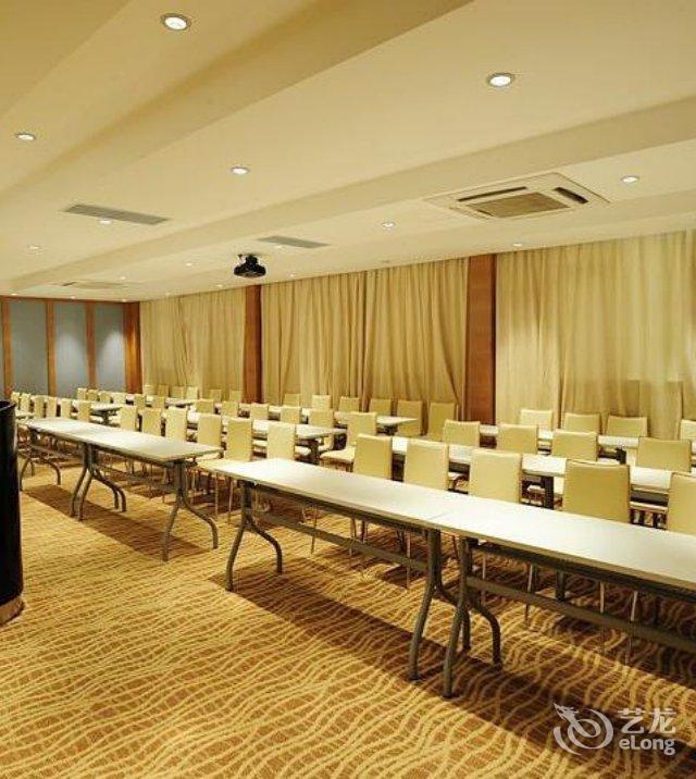 面积100平方米的多功能视听会议室和装修精致
