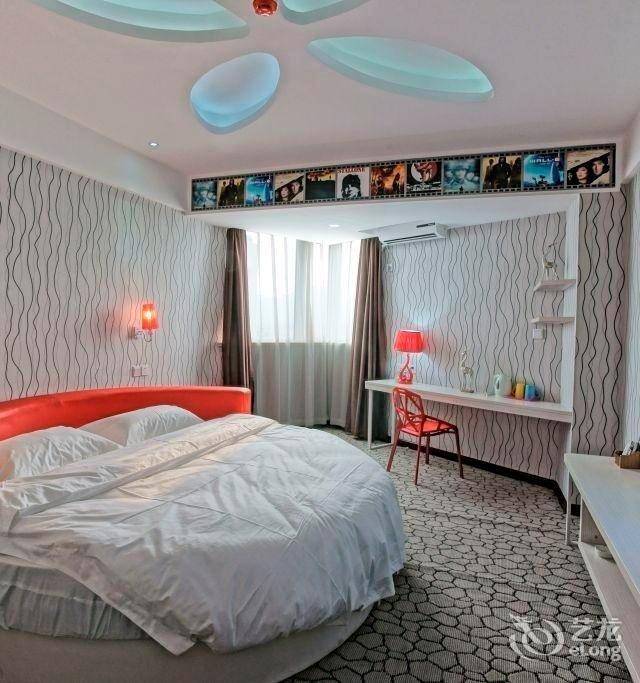 背景墙 房间 家居 设计 卧室 卧室装修 现代 装修 640_683