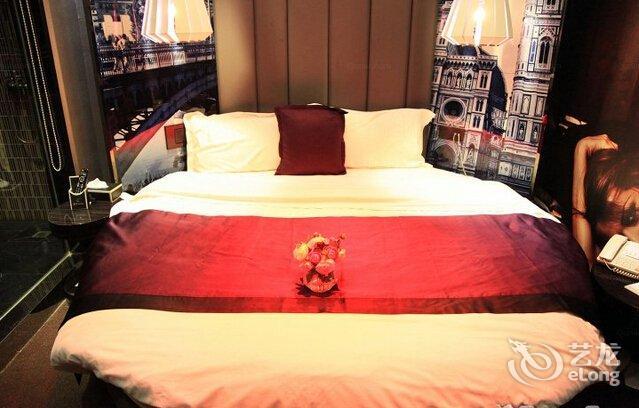 情侣圆床房