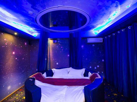 唐山IDO情侣式影院酒店万达店v情侣吻床上情趣戏图片
