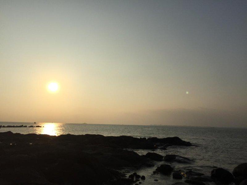 酒店简介 湛江硇洲岛有一家民宿位于湛江硇洲镇六竹村,近环岛线,岛上四面环海,面对太平洋,黑石滩为主,沙滩为辅的海岸线,岛上还有著名的硇洲灯塔。这里是三层的居民房,有大阳台,阳光充沛,安静舒适,乡间环境幽雅静谧,景色唯美迷人,体验乡间小道的幽静。这里是简约经济的乡间风格,你还可以自主烹饪,体验家一般的温馨自在,为你营造舒心,静谧的入住环境,使宾客享受每一段自在旅程。早晚有渔民捕捞的新鲜廉价的海鲜。你要是有兴趣还可以下海捡海螺,捉螃蟹,还可以和渔民一起出海捕鱼,自己当一回渔民。如果你想听着涛声入眠