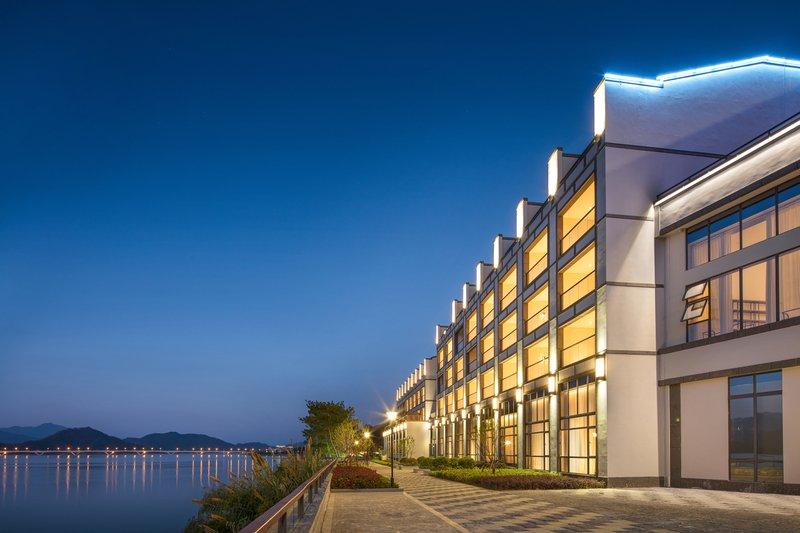 酒店简介 千岛湖阳光大酒店位于国家5A级风景名胜区千岛湖阳光路,酒店依山傍水,拥有优越的自然风光、以及舒适的住宿环境,可为您提供一处令人难忘的休闲度假之所。 酒店是由鲁能集团打造的休闲度假型酒店,以徽派风格打造特色建筑,结合原有的自然生态条件,让建筑融入自然,极大拓展视野空间。酒店由主楼与会议中心两部分组成,主楼共设有两百余间客房,客房均配备一流的现代化设备及宽带接入系统,简约而精致的风格,既保持传统又不失现代潮流,是经典和时尚的完美结合,其中更不乏亲子间的温馨。 酒店还设有室外游泳池、豪华健身房、棋牌