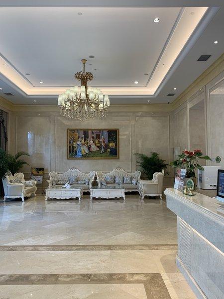 维也纳国际酒店(重庆鱼复工业园店)听诊单手拿针筒求情趣和护士身穿服图片
