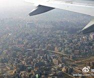 飞到尼泊尔~空中看灰蒙蒙的加德满都