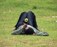 肯尼亚农村青年吐槽:找不到工作,吃饭全靠蹭