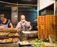 没有逢甲夜市出名的美食街,游客不多,台湾本地人却骑着机车来宵夜