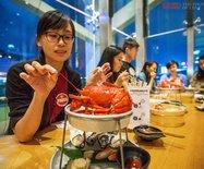 香港这家海鲜店,吃饭不给椅子坐却依然食客爆满