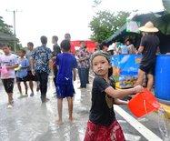 千人泼万人摸,亲历泰国泼水节最狂热的祝福