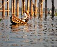 被誉为缅甸最美?#31456;?#30340;百年老桥,老船夫却说最?#27809;?#20010;时间来