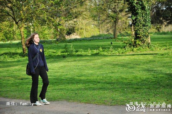 大爪草简笔画-步行的年轻男女.   绿地S弯的骑行者,   也有并不赶路,来公园遛狗的