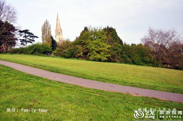 大爪草简笔画-早晨穿过绿地步行去上学的英国学生,   步行的年轻男女.   绿地S弯的
