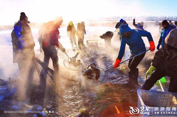 实拍:五大连池火山堰塞湖上渔民冬季捕鱼
