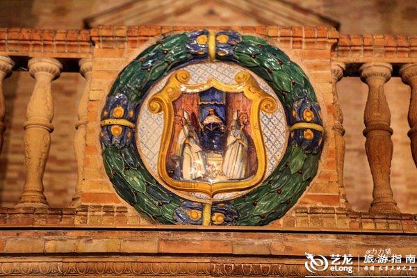 圆形的拱门下都有一幅壁画,58幅镶嵌彩瓷壁画是西班牙每座城市的缩影
