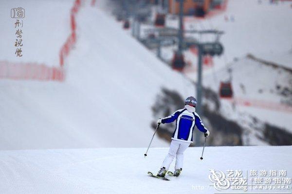 新华社石家庄1月21日电(记者白林)河北省张家口市崇礼区的两家滑雪场近日接连发生两起滑雪死亡事故,引起社会对安全滑雪的思考。 三天两起死亡事故 张家口市崇礼区政府称,这两名滑雪爱好者来自北京,分别在崇礼区两家滑雪场滑雪时意外受伤,因伤势过重,抢救无效死亡。 据记者了解,这两名滑雪爱好者,一人是北大的女研究生,具有很高的滑雪技能,在万龙雪场训练时,撞树上死亡;另一人是10岁的男孩,在太舞滑雪场道外被巡逻人员发现。     (图片来源:艺龙旅行专家 刑警视觉) 曾在全国高山滑雪赛事中4年摘得9枚金牌的郝世花,