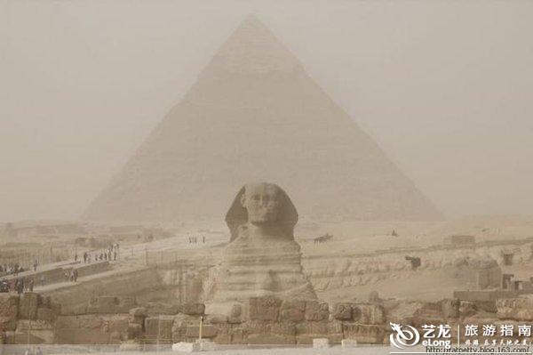 看埃及金字塔不难,在沙尘暴中欣赏金字塔,比较难