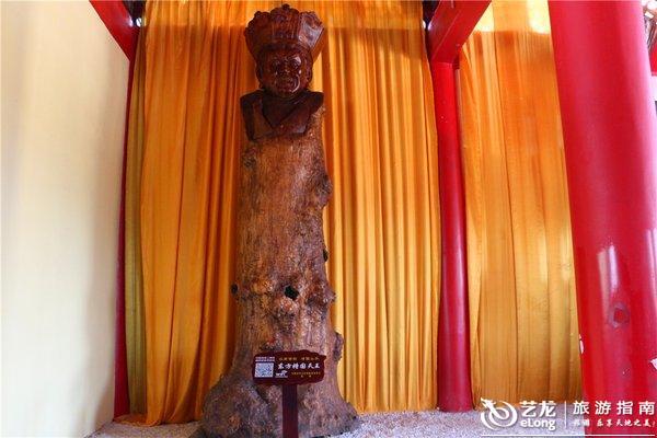 城人家展现众多根雕作品,巨型根雕佛像高达9.9米