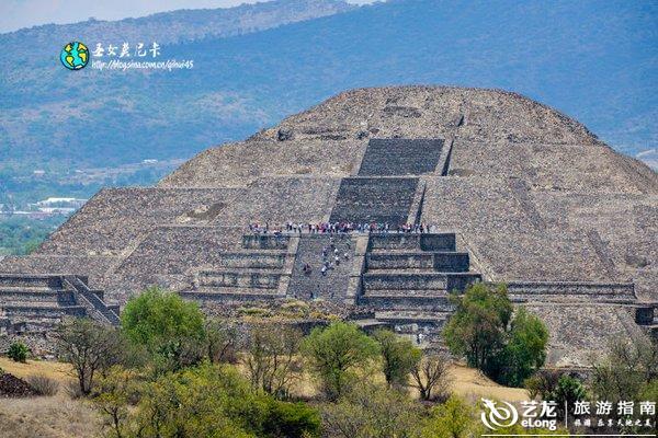 远远地看到月亮金字塔,它与太阳金字塔形状相似,但规模较小,塔基边长