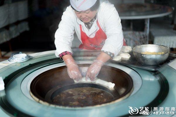 灶台鱼锅还配有贴饼子和粘花卷