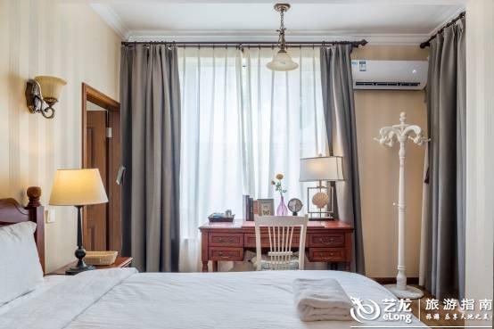 """这座城市最温暖的房子""""> 大得无边际的主卧,床垫同样是标配金可儿。大得一个镜头拍不完,床左边是带浴缸的卫生间,拉开窗帘是独立的阳台还有书房,书房外还有另一个阳台。房间除了大床外,还有一个榻榻米,可容纳4-6人,适合轰趴。 [[img src="""""""" data-original=""""//pavo.elongstatic."""