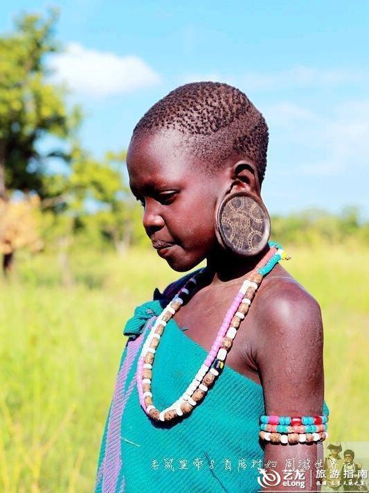 非洲部落女嘴上装巨大泥盘,吃饭困难,只有发生这件事才能取下来图片