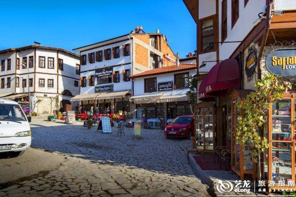 番红花城位于土耳其北部的黑海地区,曾经是丝绸之路上的重要驿站。17世纪这里逐渐成为番红花(我们称藏红花)的贸易和种植中心,当时黑海沿岸间的贸易必经过番红花城,随着商业的不断发达,贸易地位的逐渐提高也为小城带来了大量的财富。有钱的人们开始在此修建大量豪宅和生活设施,小城的规模也逐渐扩大。到目前为止,番红花城保存着八百多座奥斯曼时期的建筑,完整保留了那一时期的风貌。这些老建筑包括私人博物馆、清真寺、喷泉、土耳其浴室、古驿站、钟塔等,94年被列为世界文化遗产名录。 我们下午到达了番红花城,入住了建在山坡上的具有