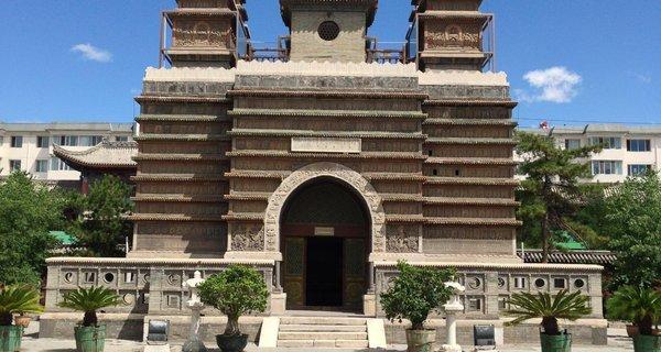 金刚座舍利宝塔位于内蒙古呼和浩特