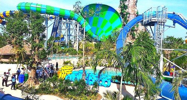 名为Vana Nava Hua Hin的热带丛林水上乐园于2014年12月1日在华欣隆重开幕,占地3.2公顷,号称为亚洲第一座水上丛林主题乐园。 环境依照热带雨林原版打造,各种惊险刺激的滑梯埋藏在树林里,玩的时候就像在丛林间飞越一样。水上乐园主要分为Water Jungle Zo