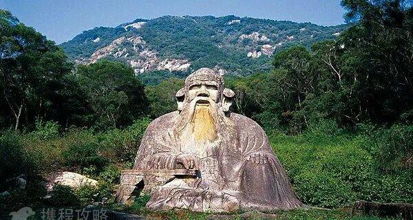"""道教老君造像为中国最大的道教石雕,位于泉州市丰泽区清源山风景名胜区主景区内,为全国重点文物保护单位。老君造像雕于宋代,据《泉州府志》记载:""""石像天成,好事者为略施雕琢。""""寥寥数语,使之更具有神秘色彩。石像高5.1米,厚7.2米,宽7.3米,席地面积为55平"""